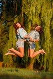 Hoppa för två tonårs- flickor Arkivbilder