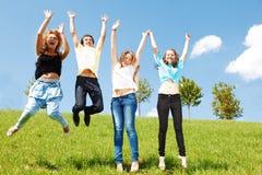 hoppa för vänner som är tonårs- Fotografering för Bildbyråer
