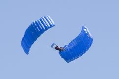 Hoppa fallskärm akrobatik Arkivfoton