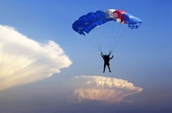 Hoppa fallskärm altocumulusen. Royaltyfria Bilder