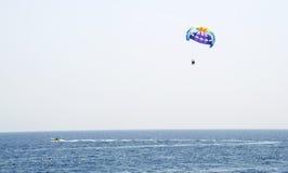 Hoppa fallskärm att flyga över havet Fotografering för Bildbyråer