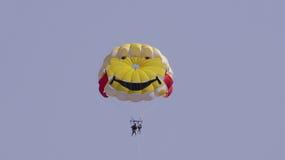 hoppa fallskärm att le Arkivfoto