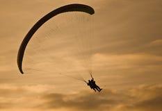 hoppa fallskärm den drivna solnedgången Royaltyfria Foton