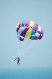 hoppa fallskärm färgade mång- over för blue skyen Royaltyfri Bild