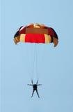 hoppa fallskärm färgade mång- over för blue skyen Fotografering för Bildbyråer