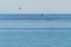 Hoppa fallskärm flyget över havet Royaltyfria Foton