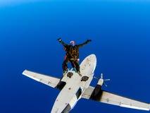Hoppa fallskärm hoppet från ett flygplan i tandemcykel med en instruktör arkivbild