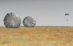 Hoppa fallskärm i flygshowen Arkivbild