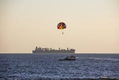 Hoppa fallskärm i Goa Royaltyfria Bilder