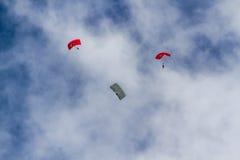 Hoppa fallskärm laget på flygshowen av turkiskt flygvapen Fotografering för Bildbyråer