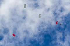 Hoppa fallskärm laget på flygshowen av turkiskt flygvapen Arkivbilder