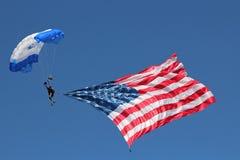 Hoppa fallskärm med flaggan Arkivfoton