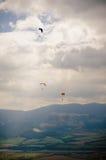 Hoppa fallskärm och moln fotografering för bildbyråer