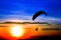 Hoppa fallskärm och solnedgången Arkivbild