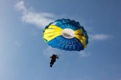 Hoppa fallskärm på blå himmel för bakgrund Arkivbilder