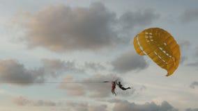 Hoppa fallskärm på en tropisk strand lager videofilmer