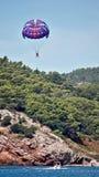 Hoppa fallskärm på havet Arkivbilder