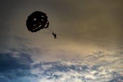 Hoppa fallskärm på solnedgången Royaltyfri Fotografi