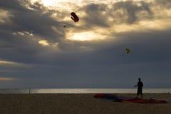 Hoppa fallskärm på solnedgången Royaltyfri Foto