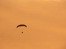 hoppa fallskärm silhouetten fotografering för bildbyråer