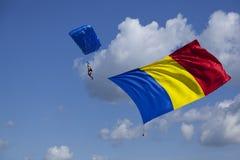 Hoppa fallskärm skydiveren med den romanian flaggan Fotografering för Bildbyråer