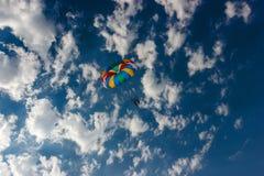 hoppa fallskärm skyen Arkivfoton