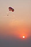 hoppa fallskärm solnedgången Royaltyfri Fotografi