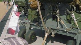 Hoppa fallskärm systemet för att tappa för luft av tunga militära maskiner från aircraftrs stock video