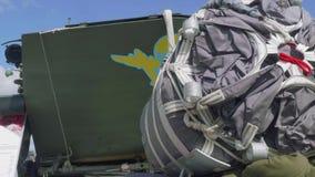 Hoppa fallskärm systemet för att tappa för luft av tunga militära maskiner från aircraftrs lager videofilmer