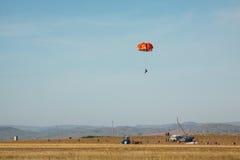 Hoppa fallskärm under potatisskörden Royaltyfri Foto