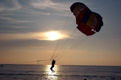 hoppa fallskärm vatten Royaltyfri Fotografi