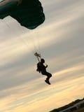 hoppa fallskärm silhouetten Royaltyfria Bilder