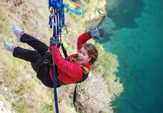 Hoppa från High av klippan över LakeBungeestil royaltyfria bilder