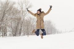 Hoppa i snön Arkivfoto