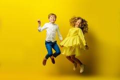 Hoppa lyckliga barn arkivfoton