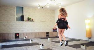 Hoppa med en ung blond dam för rep koncentrerade hon den övande sporten som passar hennes muskel mycket, i ett stort rymligt stock video
