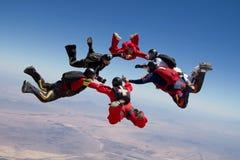 Hoppa med fritt fall folkteamwork Arkivbild