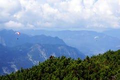 Hoppa med fritt fall i de blåa bergen Royaltyfri Fotografi