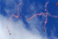 Hoppa med fritt fall para-att tappa i bakgrund för blå himmel Royaltyfria Bilder