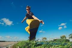 Hoppa med snowboarden Arkivfoton