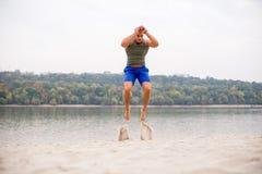 Hoppa på stranden, övning för starka ben Royaltyfria Foton