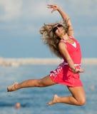 hoppa röd kvinna Fotografering för Bildbyråer