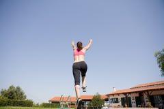 hoppa running kvinna Royaltyfria Bilder