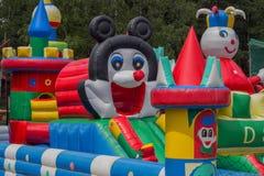 Hoppa slotten, lekplats för ungar med glidbanor 2 Arkivfoton