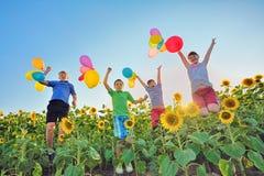 Hoppa ungar på fält Royaltyfria Foton