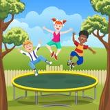 Hoppa ungar på trampolinen i trädgård royaltyfri illustrationer