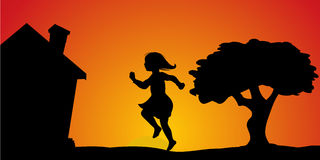 Hoppande over solnedgång för flicka Arkivbilder