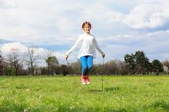 hoppande over white för flickaisoleringsrep Arkivfoton