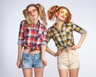 Hoppar den roliga flickan för mode galet ha gyckel nerd arkivfoton
