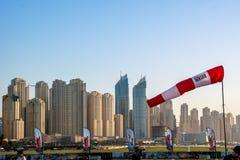 Hoppar med fritt fall episka torn sikt och arkitektur för den Dubai marina och Jumeirah från Dubai arkivbilder